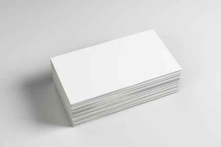 Leerer weißer Visitenkartenstapel auf hellem Desktop. Info-, Adress- und Nachrichtenkonzept. Mock-up, 3D-Rendering Standard-Bild