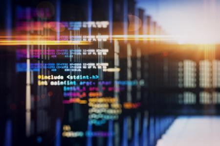 Linee di codifica creative su sfondo sfocato della stanza del server. Programmazione e concetto hardware. Esposizione doppia