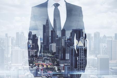 창의적인 쿠알라룸푸르 도시 배경에 서 있는 사업가. 성공과 미래 개념입니다. 이중 노출 스톡 콘텐츠