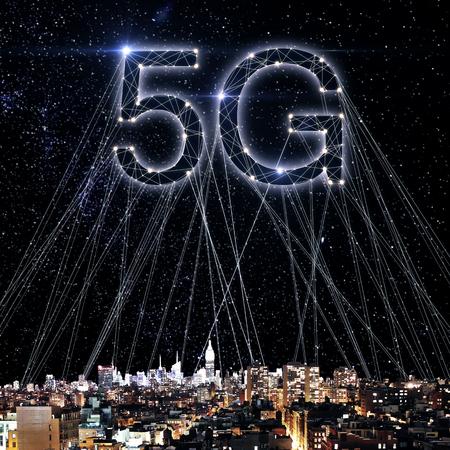 Kreatives 5G-Internet auf Nachtstadttapete mit Verbindungen. Web-Netzwerk-Konzept. Doppelbelichtung