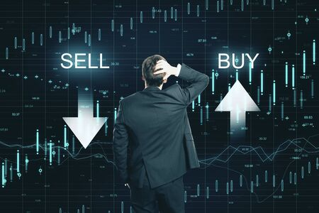 Achteraanzicht van doordachte zakenman op creatief kopen, verkopen forex grafiekachtergrond. Markt- en investeringsconcept Stockfoto