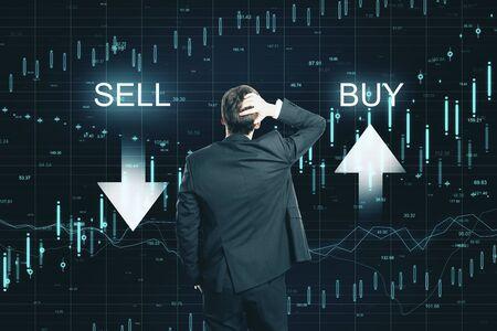 Punto di vista posteriore dell'uomo d'affari premuroso sul fondo del grafico di forex di vendita di acquisto creativo. Mercato e concetto di investimento Archivio Fotografico