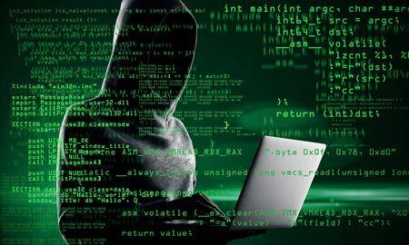 Concept de codage et de piratage. Hacker avec ordinateur portable et texte de codage abstrait sur fond flou. Double exposition Banque d'images