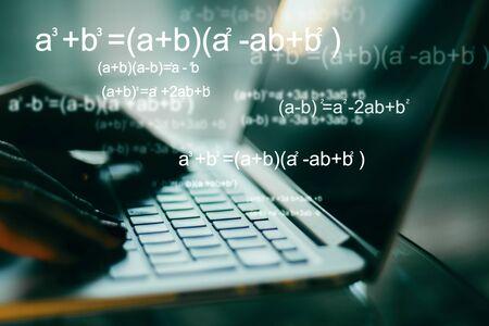 Concepto de programación y algoritmo. Cerca de las manos usando una computadora portátil borrosa con fórmulas matemáticas. Exposición doble Foto de archivo