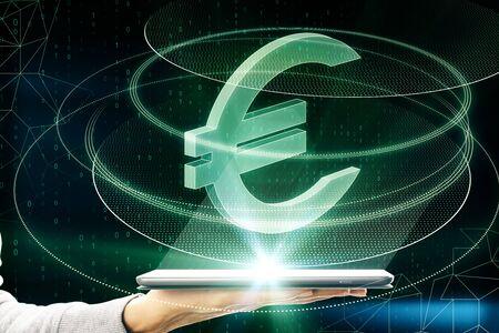 Mano che tiene lo smartphone con l'icona del segno dell'euro verde incandescente creativo su sfondo scuro. Concetto di denaro, tecnologia, e-commerce e criptovaluta. Multiesposizione
