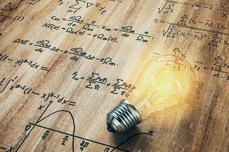 Glühende Lampe auf Holzhintergrund mit mathematischen Formeln. Idee und komplexes Konzept. 3D-Rendering