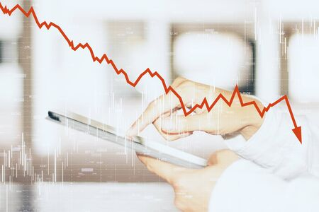 Vista de cerca y lateral de las manos usando un teléfono inteligente con la flecha roja hacia abajo del gráfico. Disminución, internet y concepto de comercio. Multiexposición