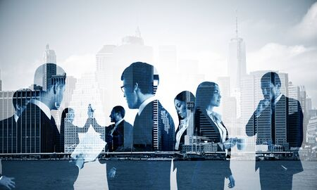 Dubbele blootstelling van een groep zakenmensen bespreken op de achtergrond van de stad, koude toning