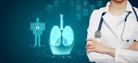 Vrouwelijke arts met abstracte gloeiende blauwe medische longen interface achtergrond met pictogrammen. Geneeskunde en innovatie concept. Meervoudige belichting