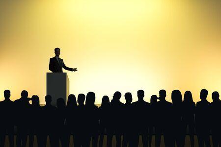 Biznesmen wygłasza przemówienie przed podświetlaną publicznością na jasnożółtym tle. Koncepcja mówcy i lidera