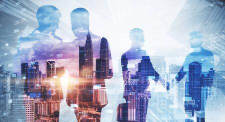 Silhouettes d'hommes d'affaires travaillant ensemble sur fond flou de la ville de Kuala Lumpur avec la lumière du jour. Concept de travail d'équipe et de réunion. Multiexposition