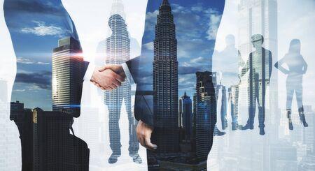 Bijeenkomst van ondernemers op de achtergrond van de abstracte stad. Teamwerk en succes concept. Meervoudige belichting