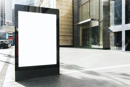 Blank white outdoor banner on city background. Commercial and ad concept. Mock up Banque d'images