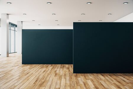 Interno pulito della galleria con poster vuoto, vista sulla città e luce del giorno. Pavimento di legno. Mock up, rendering 3D Archivio Fotografico