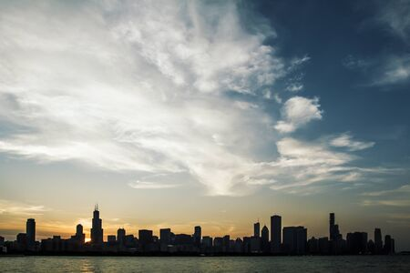 Moderne waterkant Chicago city skyline achtergrond bij zonsondergang. Stedelijk architectuurconcept