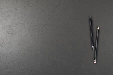 Mesa de escritorio de oficina de hormigón con bolígrafo y lápiz. Vista superior con espacio de copia. Representación 3D Foto de archivo