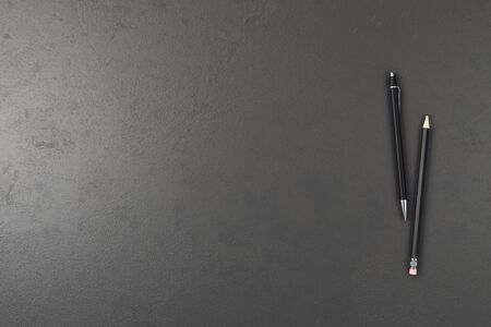 Scrivania da ufficio in cemento con penna e matita. Vista dall'alto con spazio di copia. Rendering 3D Archivio Fotografico