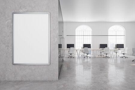 Zeitgenössisches Büro im klassischen Interieur mit leerer Werbetafel an der Betonwand. 3D-Rendering