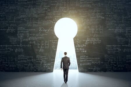 Businessman in suit walking to keyhole with drawing mathematical formulas with city view. Science and idea concept. Banque d'images