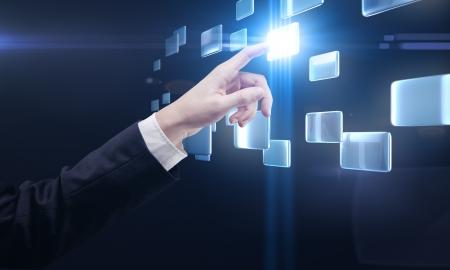 công nghệ: tay đẩy một nút trên một giao diện màn hình cảm ứng