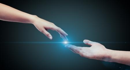 mani unite: mani maschili e femminile (palme) si estendono a vicenda Archivio Fotografico
