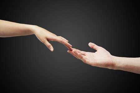 mano touch: mani maschili e femminile (palme) si estendono a vicenda Archivio Fotografico