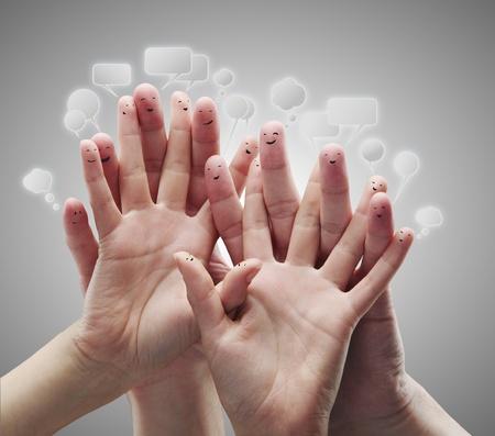 interaccion social: Feliz grupo de smileys de dedo con burbujas de inicio de sesi�n y discurso social chat