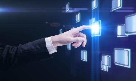 dotykový displej: Mladý muž podnikání stiskem tlačítka na dotykové obrazovce Reklamní fotografie