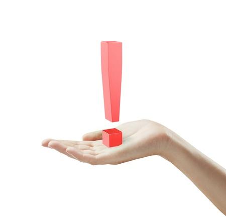 poner atencion: Signo de exclamación rojo en una mano.Aislado en un fondo blanco