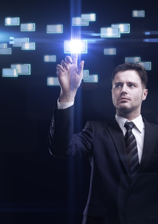 innovativ: Junger Geschäftsmann, eine Bildschirm- Taste bedrängt Lizenzfreie Bilder