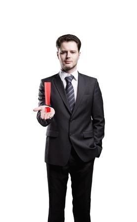 prestar atencion: Joven empresario con un signo de exclamación en su mano. Aislado en un fondo blanco