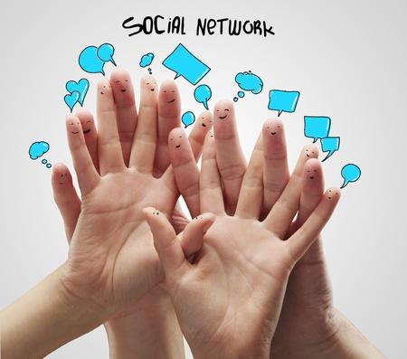 apoyo social: Grupo de smileys de dedo feliz con burbujas de inicio de sesi�n y discurso social chat.Aislado en un fondo gris