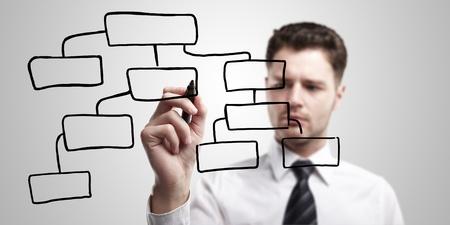 dataflow: Empresario dise�ar un plan en una pantalla de vidrio con marcador negro.