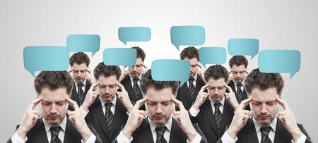 perception: Grupo de empresarios con burbujas de inicio de sesi�n y discurso social chat. Hombres de pensamiento que representa una red social.  Imagen conceptual de un hombre de mente abierta.Sobre un fondo gris Foto de archivo