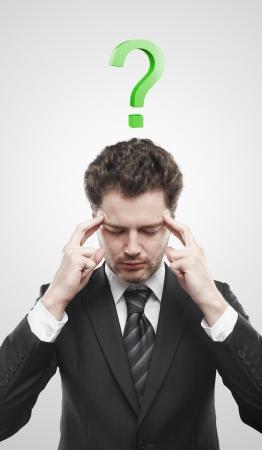 onbeantwoorde: Portret van een jonge man met groene vraagteken boven zijn head.Conceptual afbeelding van een open minded man.