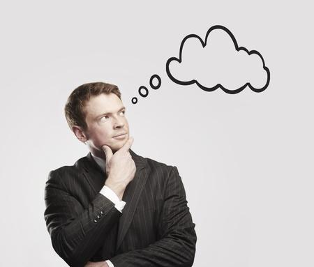 percepción: Joven empresario con las burbujas del discurso interior. El pensamiento del hombre. Imagen conceptual de una mente abierta man.On un fondo gris