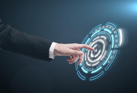 touchscreen: Mano presionando un bot�n en una interfaz de pantalla t�ctil. El hombre pulsando un bot�n t�ctil