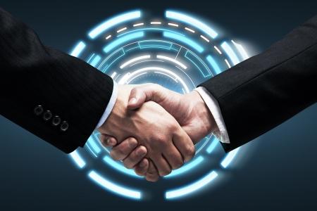 Apretón de manos - Manos sosteniendo en el fondo una interfaz de pantalla táctil