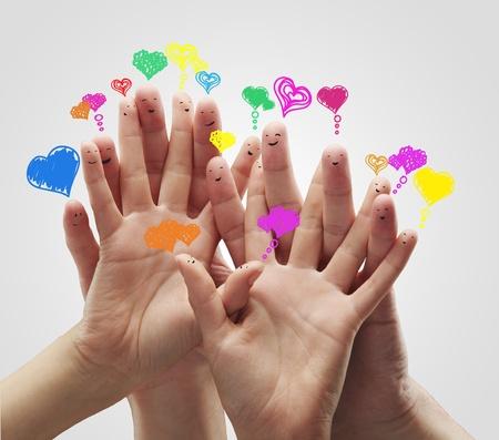 corazon en la mano: Grupo de los emoticonos felices dedo con burbujas de amor habla el coraz�n y el signo de chat social. Foto de archivo