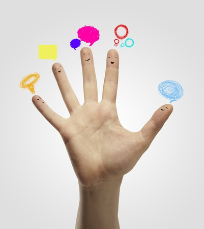 familia unida: Feliz grupo de smileys dedos con el signo de charla social y bocadillos. Los dedos representan a una red social.
