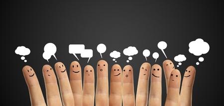 Gelukkig groep van de vinger smileys met sociale praatje teken en tekstballonnen, iconen Fingers wat neerkomt op een sociaal netwerk