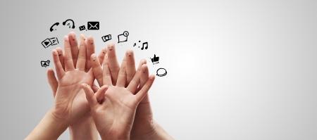 dedo: Feliz grupo de smileys dedos con el signo de charla social y globos de texto, iconos que representan los dedos de una red social Foto de archivo
