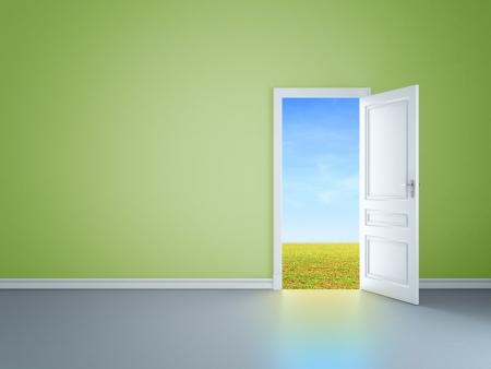 puerta abierta: sala verde con una puerta abierta en el campo Foto de archivo