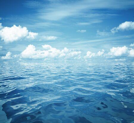 bewölkten blauen Himmel und Meeresoberfläche ideal für Hintergrund Standard-Bild
