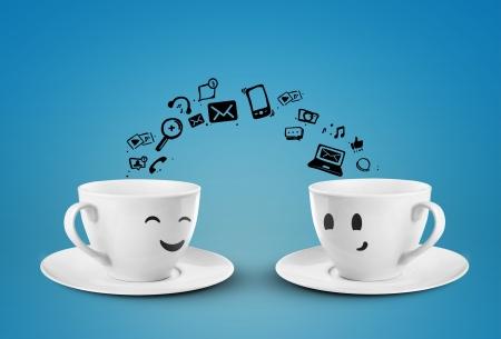 comunicación: dos tazas concepto de medios sociales aislados
