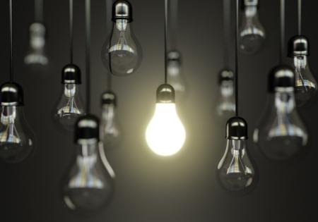 focos de luz: idea de concepto con las bombillas Foto de archivo