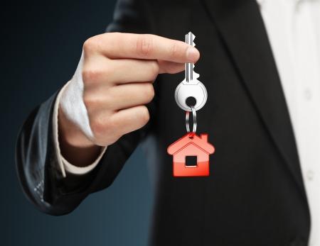 thumb keys: cadena de tecla roja con la llave en la mano del hombre