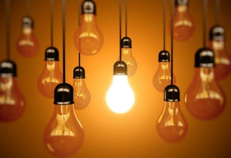 light bulbs: idea de concepto con bombillas de luz sobre un fondo naranja Foto de archivo