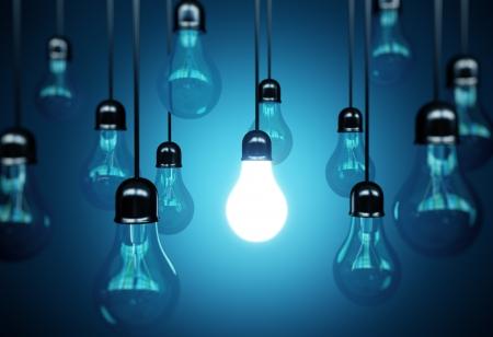 tvůrčí: idea koncepce s žárovkami na modrém pozadí