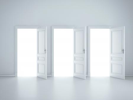 apertura: tres puertas abiertas en la habitaci�n de blanco Foto de archivo